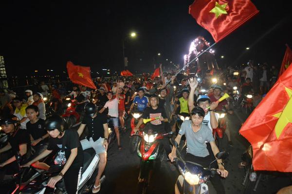 Người người kéo nhau xuống đường đi bão gây tắc nghẽn vì Olympic Việt Nam - 5