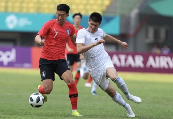 Đội trưởng Olympic Hàn Quốc, Son Heung-min (trái) thi đấu tại trận đối đầuUzbekistan hôm qua 27/8. Ảnh: Đức Đồng