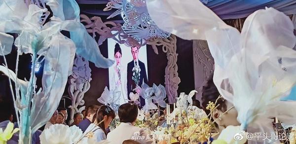 Hội trường hôn lễ của Trương Hinh Dư được trang trí rất nhiều loại hoa, do chính chú rể tự mình chuẩn bị, bố trí để tạo nên lễ đường lãng mạn như cổ tích dành cho vợ yêu.