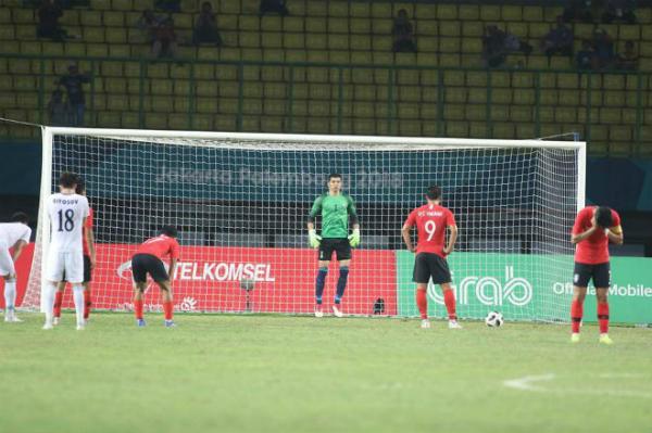 Đội trưởng Son phải quay mặt đi khi đồng đội thực hiện quả đá phạt.