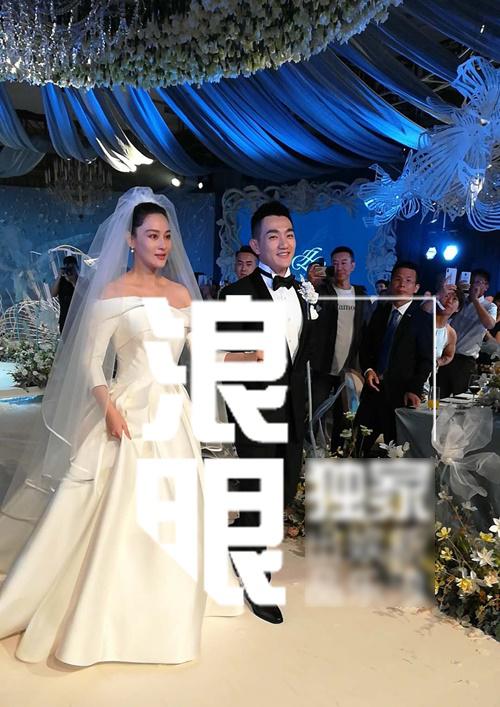 Trương Hinh Dư hơn Hà Tiệp một tuổi. Hai người quen nhau qua chương trình truyền hình Kỳ binh thần khuyển, tiết lộ chuyện hẹn hò từ tháng 5 và tuyên bố kết hôn vào tháng 8. Cả hai đã đăng ký kết hôn trước khi chọn ngày lành tháng tốt để chính thức về chung một nhà.
