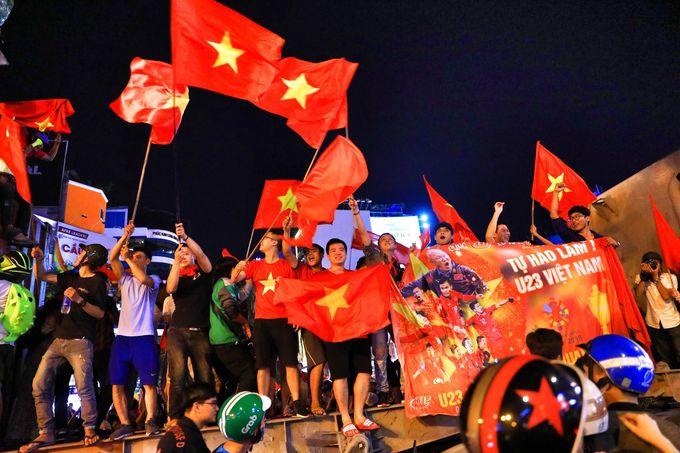 """<p> Họ mang theo cờ Tổ quốc và những tấm poster khổ lớn. Dù đứng ở góc nào, ở vị trí ra sao đi nữa thì hai tiếng """"Việt Nam"""" hay """"Việt Nam vô địch"""" đều được vang lên rõ ràng.</p>"""
