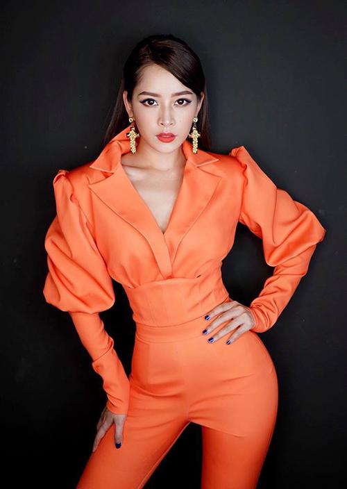Chi Pu đầy quyền lực trong bộ đồ màu cam rực, tôn lên vòng eo con kiến.