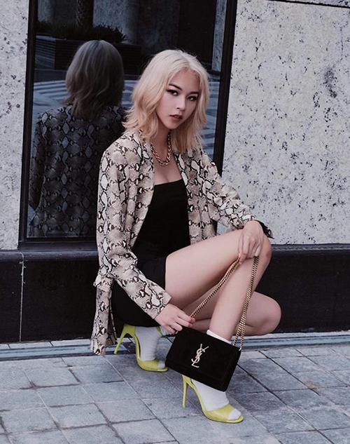 Phí Phương Anh gây bất ngờ khi chuyển sang màu tóc bạch kim, giúp diện mạo sắc sảo như gái Tây.