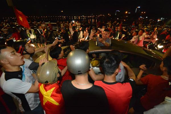 Người người kéo nhau xuống đường đi bão gây tắc nghẽn vì Olympic Việt Nam - 8