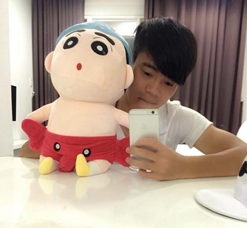 Fan có phát hiện rằng Văn Toàn có sở thích selfie trước gương. Với chú thú bông này để xem ai đẹp trai hơn nhé.