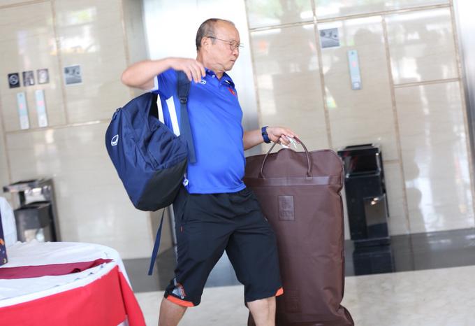 <p> HLV Park Hang-seo tự mình vận chuyển đồ đạc và di chuyển ra xe. Tại bán kết đội quân của ông sẽ đối đầu với đội bóng quê nhà (Hàn Quốc). Dù thế, HLV Park cho biết sẽ quyết tâm để dẫn dắt Olympic Việt Nam vào chung kết.</p>