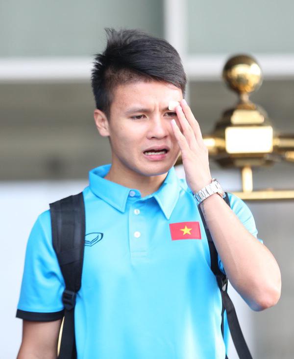 <p> Sau chấn thương ở mi mắt tối qua, Quang Hải cho biết sức khỏe ổn và sẵn sàng ra sân ở trận đấu quan trọng sắp tới. Từ tối qua, fan và bạn gái ở quê nhà khá lo lắng vì sự cố đổ máu trên sân của Quang Hải.</p>