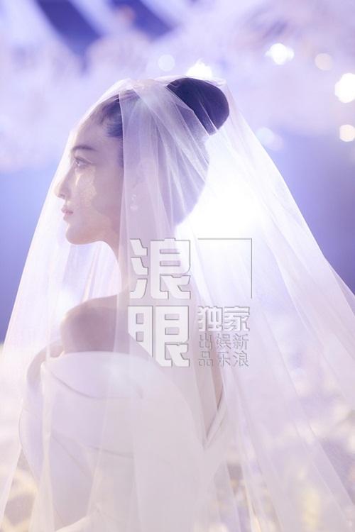 Ngày 27/8, nữ diễn viên Trương Hinh Dư tổ chức hôn lễ ở một khách sạn 5 năm sao tại Thượng Hải. Vợ chồng Hinh Dư chỉ làm đám cưới nhỏ mời gia đình và bạn bè thân thiết.