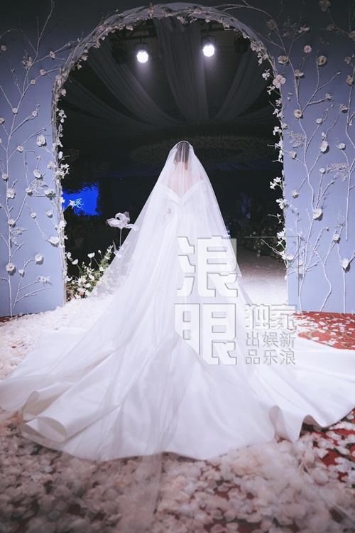 Chiếc váy cưới dài thướt tha được đặt làm riêng của Trương Hinh Dư trong ngày trọng đại.