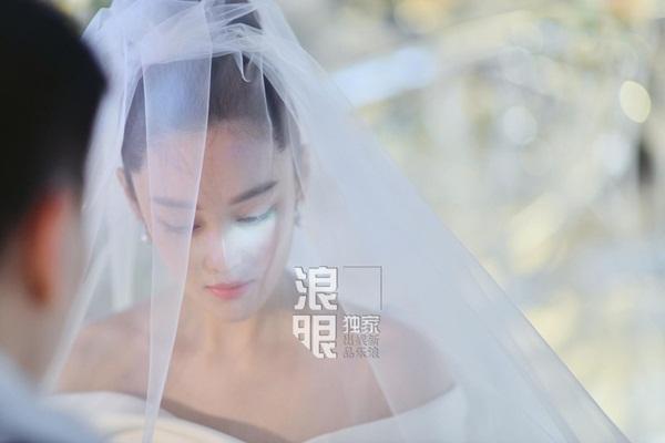 Trương Hinh Dư sinh năm 1987, hơn Hà Tiệp một tuổi. Hai người quen nhau qua chương trình truyền hình Kỳ binh thần khuyển,  tiết lộ chuyện hẹn hò từ tháng 5 và tuyên bố kết hôn vào tháng 8. Cả  hai đã đăng ký kết hôn trước khi chọn ngày lành tháng tốt để chính thức  về chung một nhà.