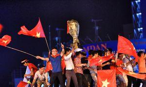 Muôn kiểu ăn mừng 'độc nhất vô nhị' của CĐV bóng đá Việt Nam