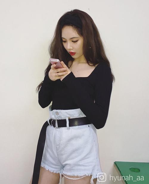 Quần shorts jeans cạp cao giúp Hyun Ah trông cao ráo hơn. Những thiết kế xé tua rua bụi bặm, kích thước siêu ngắn rất được cô nàng yêu thích.