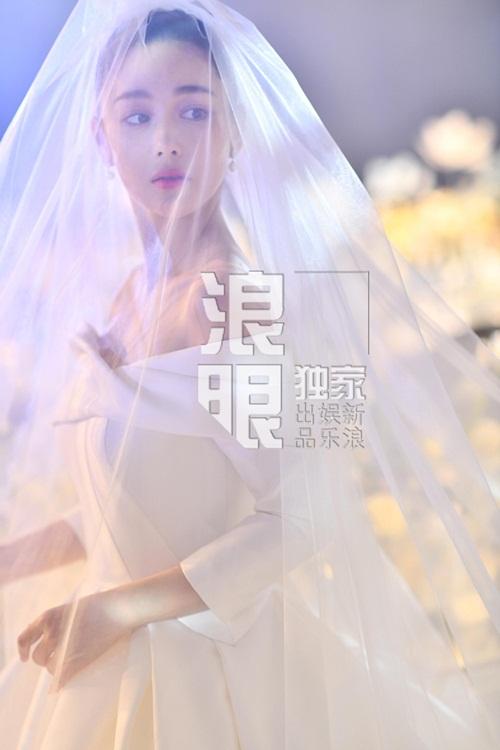 Cô dâu Trương Hinh Dư được khen xinh như công chúa khi mặc váy cưới, trùm khăn voan.