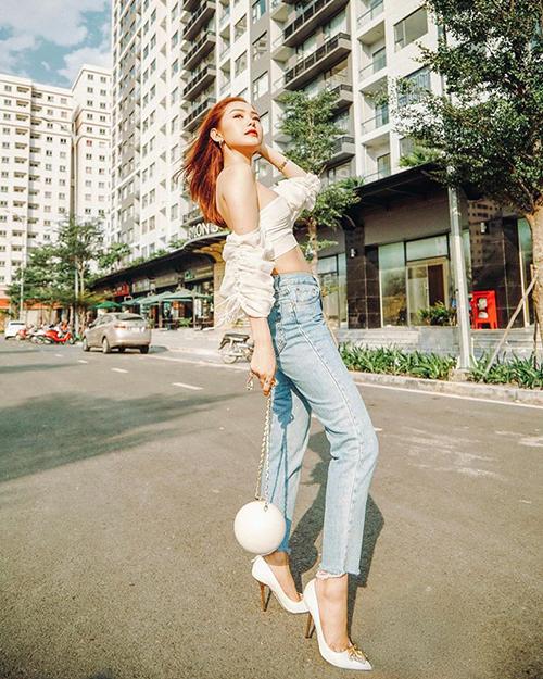 Minh Hằng có cuộc đụng độ không khoan nhượng với Phí Phương Anh. Diện cùng một chiếc áo, HLV The Face trông nữ tính hơn hẳn khi kết hợp cùng quần jeans, túi xách Chanel và giày Versace.
