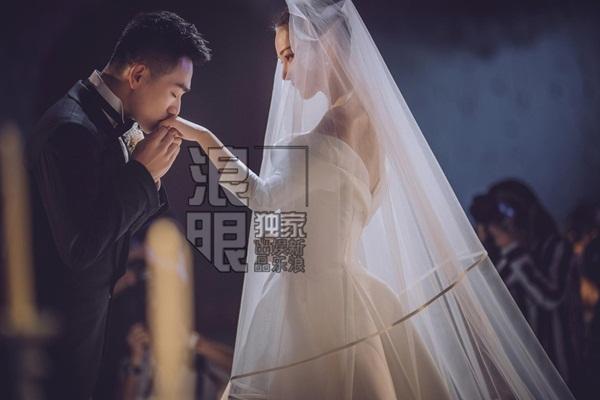 Chú rể hôn tay cô dâu ngọt ngào khi làm lễ.