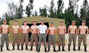 Dàn quân nhân trong 'Hậu duệ mặt trời' bản Việt bị tố 'vẽ bụng giả vờ 6 múi'