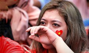 CĐV Việt Nam buồn bã khi đội nhà thua trận ở bán kết