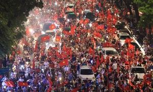 Olympic Việt Nam thua cuộc, hàng nghìn CĐV Hà Nội vẫn kéo nhau xuống phố ăn mừng