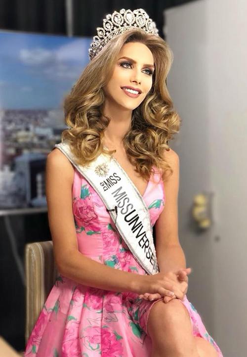Đầu tháng 7, fan của các cuộc thi nhan sắc hàng đầu thế giới không khỏi bất ngờ khi Angela Ponce - mỹ nhân 26 tuổi trở thành người chuyển giới đầu tiên đăng quang Hoa hậu Hoàn vũ Tây Ban Nha. Đầu tháng 11, cô cũng đại diện nước nhà, cạnh tranh với các nhan sắc trên khắp hành tinh tạiHoa hậu Hoàn vũ Thế giới được tổ chức ở Thái Lan.