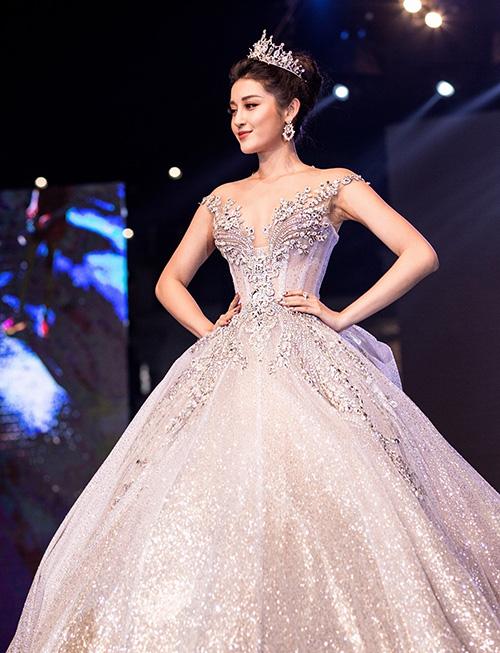 Trên sàn diễn thời trang, Huyền My cũng thường xuyên được mời hóa thân vào hình tượng công chúa, diện đầm xòe lộng lẫy, đầu đội vương miện.