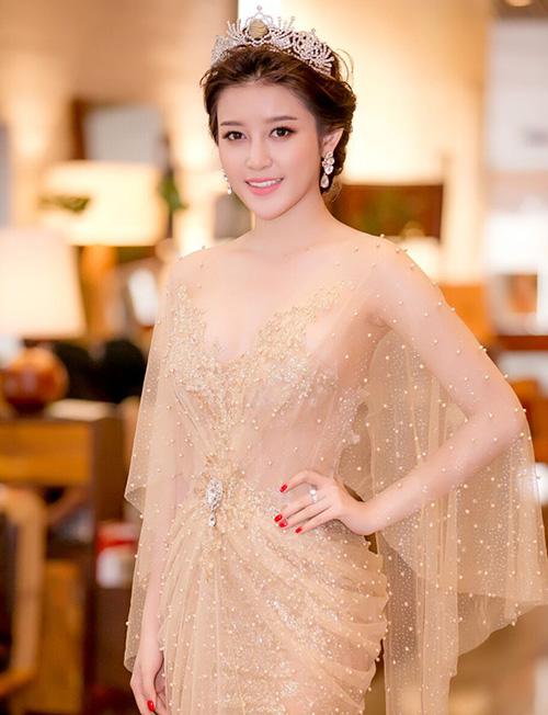 Hướng tới hình ảnh của một nàng công chúa kiêu sa, Huyền My mê mệt những bộ đồ dạ hội lộng lẫy, càng lấp lánh càng tốt. Đi kèm theo đó là loạt phụ kiện cầu kỳ.