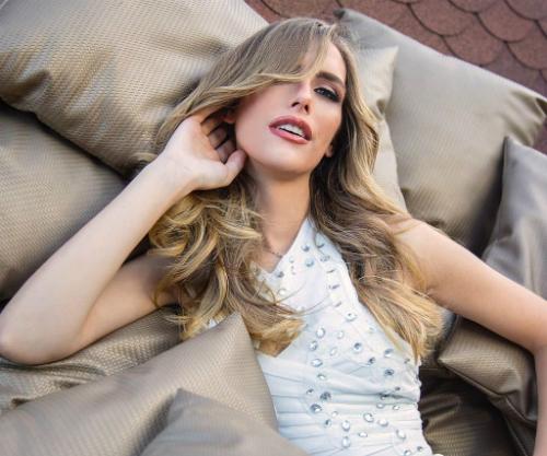 Là người chuyển giới nhưng Angela lại có mong muốn trở thành người chiến thắng trong các cuộc thi sắc đẹp. Trước khi trở thành Hoa hậu Hoàn vũ Tây Ban Nha, cô từng đại diện thành phố Seville tham dự cuộc thi Miss World Tây Ban Nha 2015 và lọt top 10 chung cuộc.