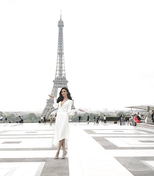 Lan Khuê hào hứng khi đặt chân đến Paris và được check-in trước tháp Eiffel.