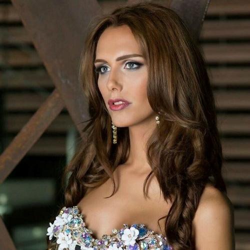 Đăng quang Hoa hậu Hoàn vũ Tây Ban Nha, Angela Ponce đã thách thức các khái niệm truyền thống về giới tính, sắc đẹp, đồng thời phá vỡ những rào cản trong thời trang khi là người chuyển giới đầu tiên tham dự Hoa hậu Hoàn vũ Thế giới. Mỹ nhân 25 tuổi được đánh giá có khiếu giao tiếp và sở hữu vẻ đẹp gợi cảm. Cô cũng đứng đầubảng xếp hạng của Missosology dành cho những ứng viên có khả năng trở thành Miss Universe 2018.