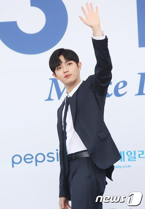 Kim Jae Hwan nhiệt tình vẫy chào các fan đang đứng chờ.