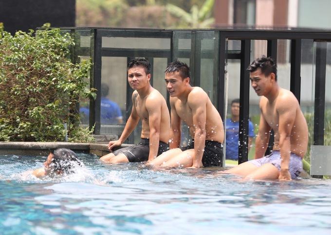 <p> Sau trận bán kết gặp Hàn Quốc chiều ngày 29/8, Olympic Việt Nam có 2 ngày nghỉ trước khi bước vào trận tranh HCĐ. Trưa ngày 30/8, các chàng trai đã có những giây phút thư giãn bên bể bơi.</p>