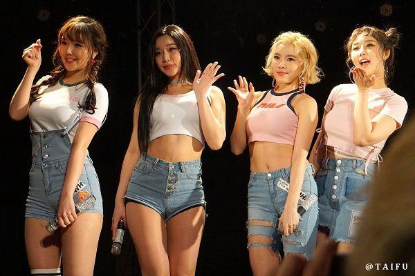 Go Eun (thứ hai từ trái sang) và các cô gái nhóm Laysha.