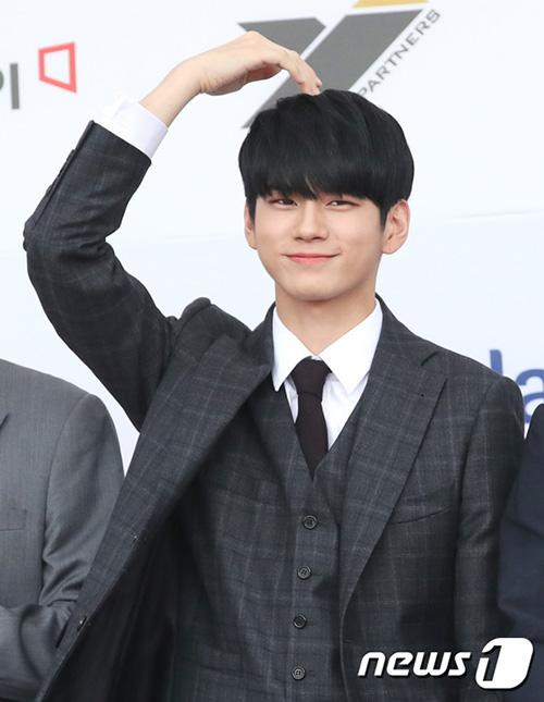 Trào lưu tạo trái tim một nửa như Ong Seong Woođang trở thành xu hướng, được nhiều idol sử dụng trong thời gian gần đây.