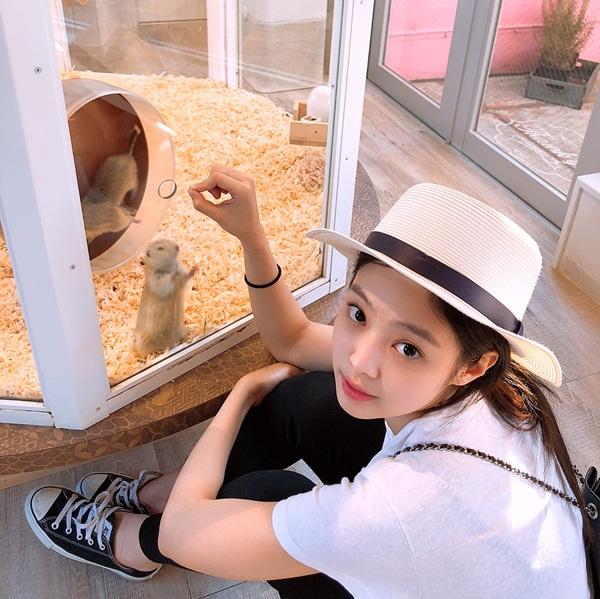 Jennie mặc tông đen - trắng giản dị mà vẫn sành điệu khi đi chơi.