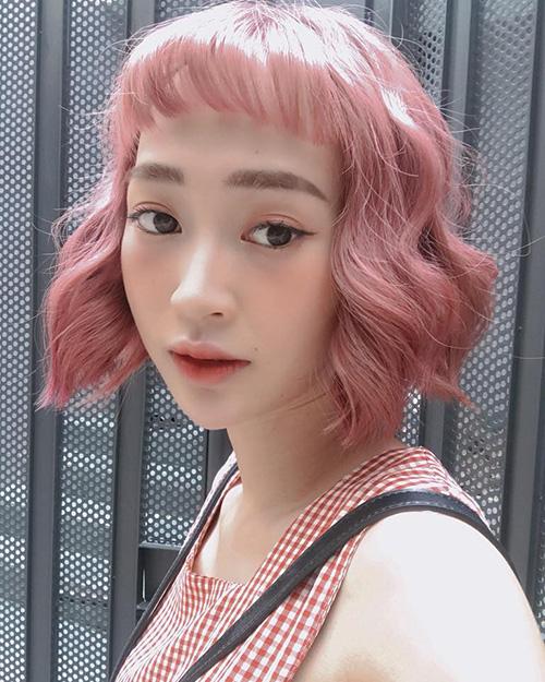 Sun Ht trông càng trẻ trung, đáng yêu như búp bê khi một mình một kiểu với màu tóc hồng tím kẹo ngọt.