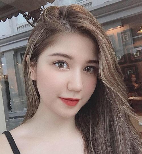 Tông vàng khói cũng là lựa chọn của An Japan để giúp làn da vốn đã trắng hồng trông càng thêm tươi sáng.