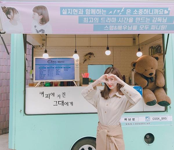 Seo Hyun khoe xe đồ uống được Tiffany gửi tặng đến trường quay, không quên bắn tim cho cô chị.
