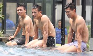 Tuyển thủ Olympic Việt Nam đùa giỡn bên bể bơi sau trận bán kết