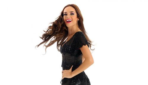 Ngoài ra, cô cũng bị một doanh nhân tố quỵt nợ gần 80.000 USD. Để tránh làm xấu đi hình ảnh của cuộc thi tại quê nhà, tổ chức Miss World Peru đã ra phán quyết đưa Á hậu 1 - Clarisse Uribe lên kế nhiệm hoa hậu và đại diện Peru chinh chiến Hoa hậu Thế giới tại đảo Hải Nam (Trung Quốc).Trên trang cá nhân, cựu Hoa hậu cho biết bản thân cô bị suy sụp khi bị tước vương miện mới chỉ dành được cách đây 3 tháng.