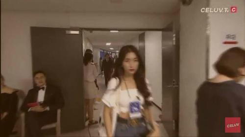 Hình ảnh Hòa Minzy đeo thẻ nhân viên trong hậu trường bị cộng đồng mạng lan truyền.