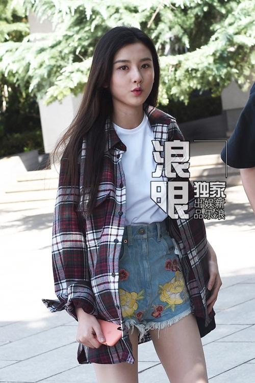 Tống Tổ Nhi xinh đẹp với mái tóc dài suôn mượt, trang phục trẻ trung năng động. Nữ diễn viên sinh năm 1998 cũng thu hút sự chú ý không kém khi xuất hiện.