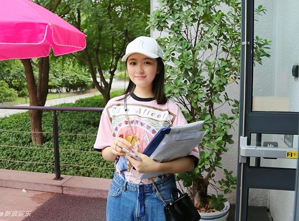 Nữ diễn viên Lý Lan Địch (sinh năm 1999) cũng có mặt trong ngày nhập học của Học viện Hý kịch Trung ương. Cô nàng mặc áo thun quần jeans giản dị, luôn nở nụ cười thân thiện. Lý Lan Địch được biết đến qua các bộ phim Bí quả, Vô tâm pháp sư 2, Xin chào ngày xưa ấy, Hóa ra anh vẫn ở đây (bản truyền hình).