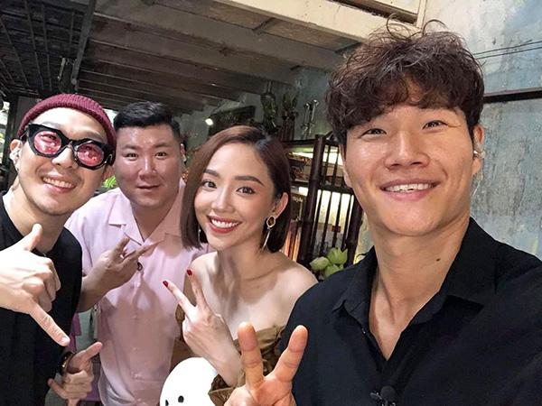 Tóc Tiên khiến fan ghen tỵ vì được gặp gỡ, làm việc cùng hai ngôi sao Running Man Jong Kook (bìa phải) và Haha (bìa trái).