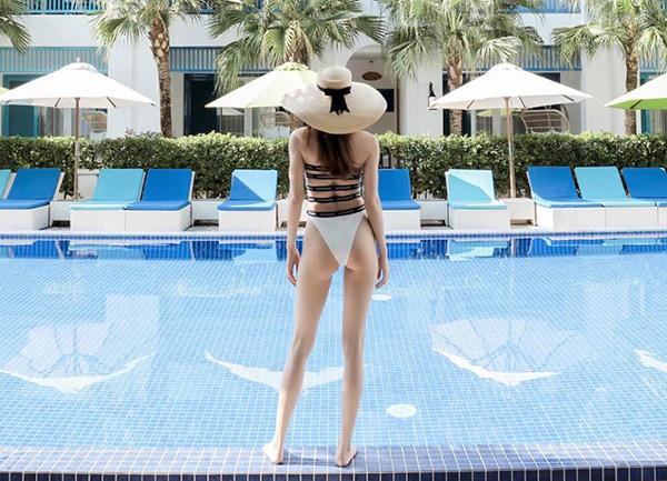 Hà Hồ khiến fan trầm trồ khi khoe vóc dáng cực phẩm, đôi chân dài miên man với bộ đồ tắm khoét hông cao.