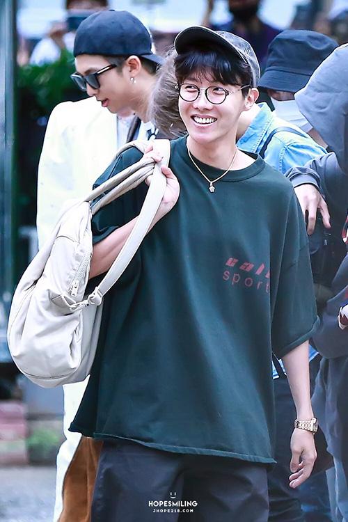 J-Hope tươi cười rạng rỡ dù phải đi làm từ sáng sớm. Tối ngày 30/8, BTS nhận được 3 giải thưởng, trong đó có giải Daesang ở lễ trao giải Soribada.
