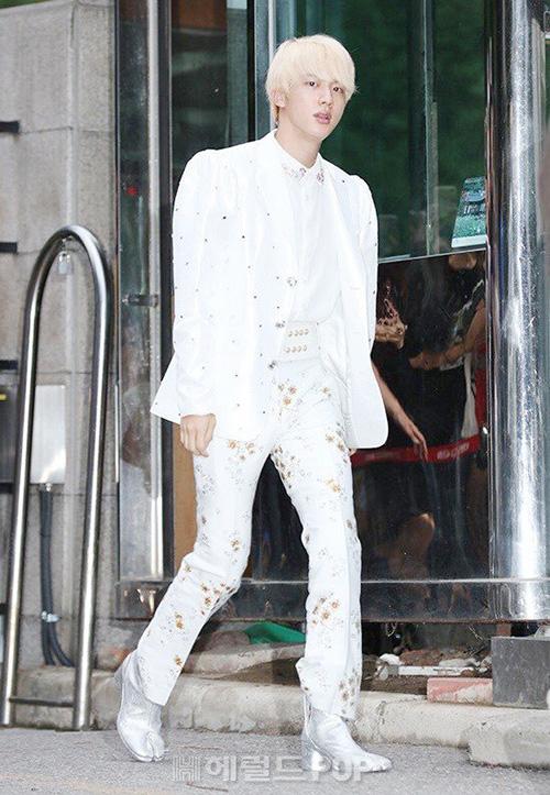 Ngày 31/8, BTS lên đường đến Music Bank để quảng bá cho ca khúc IDOL. Jin luôn là chàng trai chơi trội, chọn trang phục nổi bần bật. Mỹ nam mặc đồ giống như ca sĩ nhạc trọt (dòng nhạc vốn dành cho người già ở Hàn). Jin quyết định mặc đồ như vậy để tạo sự bất ngờ cho người hâm mộ.