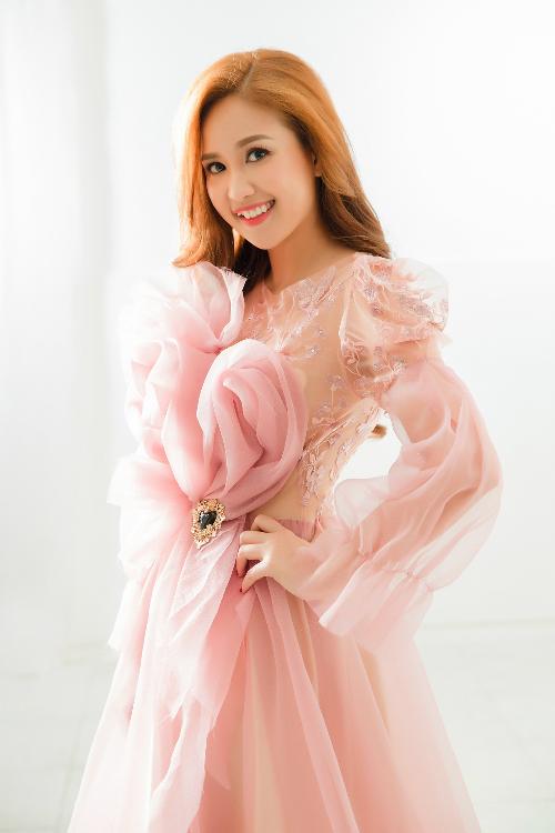 Đảm nhận vai Út Minh trong bộ phim Gạo nếp gạo tẻ, Phương Hằng ngày càng được khán giả yêu mến nhờ diễn xuất tự nhiên.