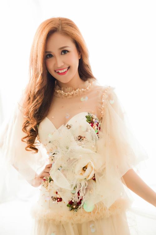 Cộng đồng mạng gần đây gọi Phương Hằng với biệt danh bản sao Mai Phương Thúy vì cô sở hữu đường nét trên khuôn mặt hao hao hoa hậu Việt Nam. Thế nhưng cô cho biết, bản thân không hề chạnh lòng khi bị so sánh với người khác. Bởi, được so sánh nhan sắc với một hoa hậu là một diễm phúc.
