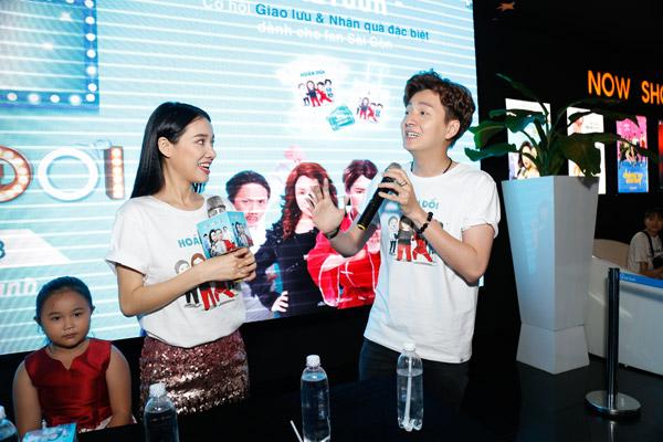 Nhã Phương và Ngô Kiến Huy nhiệt tình trả lời các câu hỏi của khán giả.