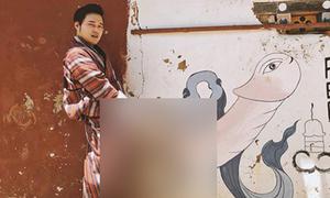Quang Vinh bị chỉ trích vì tạo dáng bên bức vẽ bộ phận sinh dục